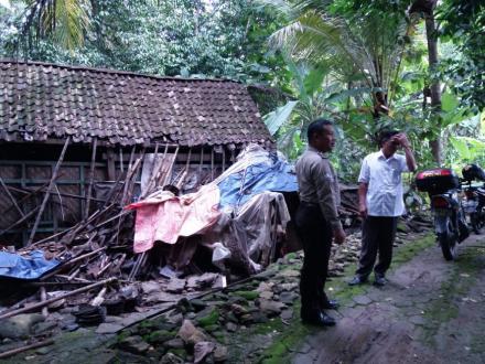 Kerja Bhakti Perbaikan Rumah Ibu Wagiyem di Metes RT 46